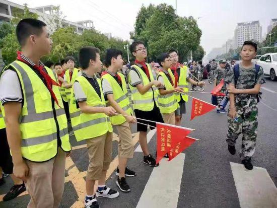 2018年8班的同学走上街头开展礼让斑马线活动。