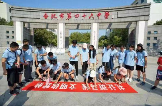 9(23)班的同学在横幅上签上自己的名字,承诺为文明出行。