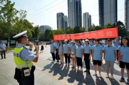 民警向同学们讲解了礼让斑马线规定。