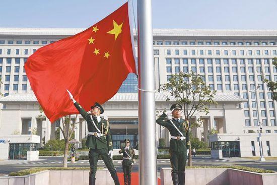 10月1日,佳豪国际娱乐平台省行政中心1号楼南门外广场,五星红旗冉冉升起。