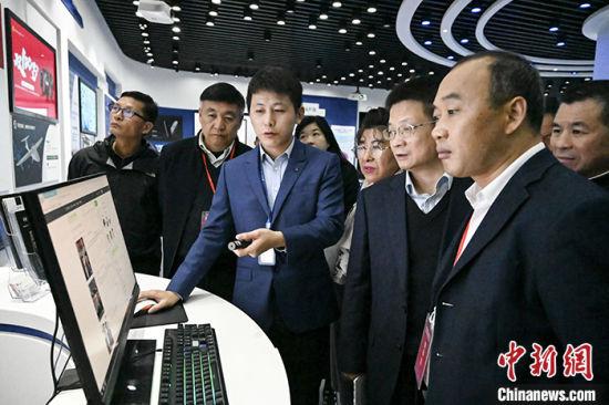 11月26日,嘉宾参观中国声谷展厅。 中新社记者 张娅子 摄