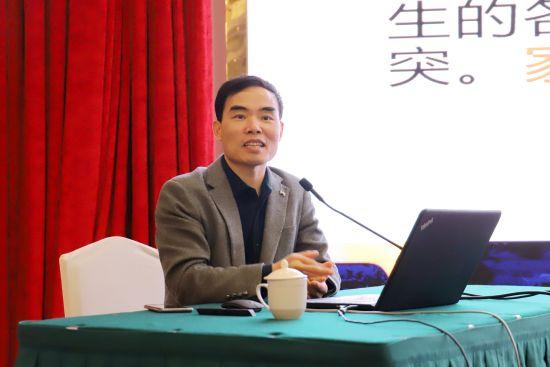中国青少年研究中心科研管理部副主任洪明