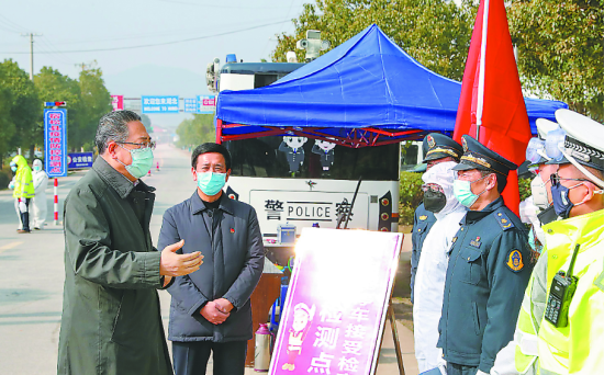 1月31日,省委书记李锦斌来到毗邻湖北省黄冈市黄梅县的105国道检测站皖鄂省际检测点,实地检查交通管制、体温检测、应急处置等情况。徐国康摄