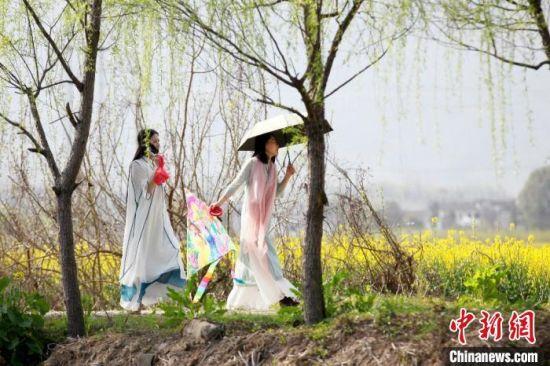 """3月19日,""""美丽中国黄山行 """"系列活动在黄山市黟县石林正式启动。图为身着汉服的游客在踏青。 樊成柱 摄"""