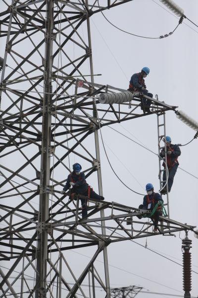 供电员工抢修电路
