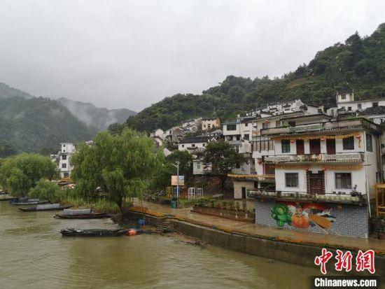 20日,秋雨朦胧,依傍在新安江畔的九砂村云雾缭绕,宛如画境 刘浩 摄