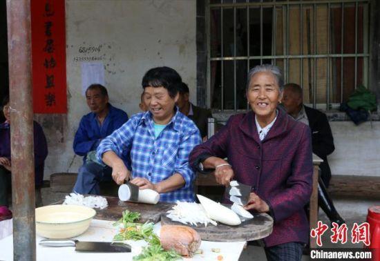 九砂村村民们在家切萝卜 刘浩 摄.jpg