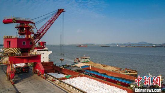 港口吊车正在将货物装船。 范柏文 摄.jpg