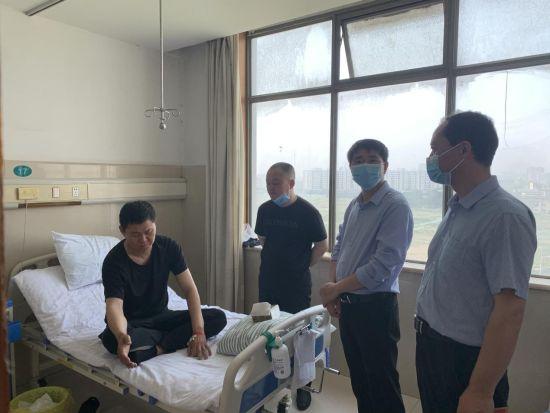 6月11日上午,太和开发区党工委副书记、管委会副主任杨全坤带队看望慰问因救火而受伤的姜福伟和史兆虎。