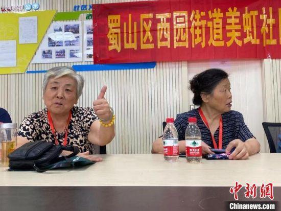 """75岁的朱秀芳(左一)决定捐献器官""""义举""""常被人点赞""""了不起""""""""真伟大""""。 吴兰 摄"""