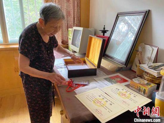 马毅兴向记者展示盒子里的捐献器官荣誉证书。 吴兰 摄