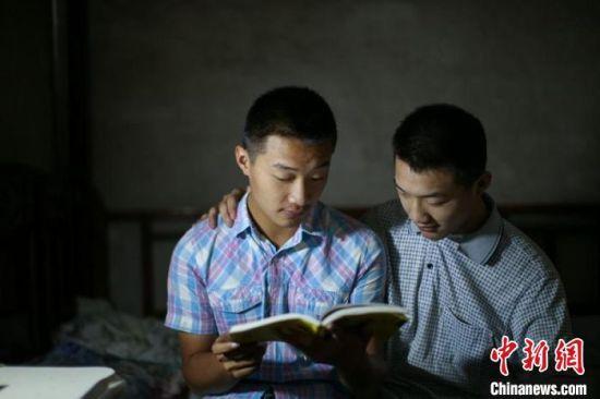 金华栋、金华梁在看书。 程暑炜 摄