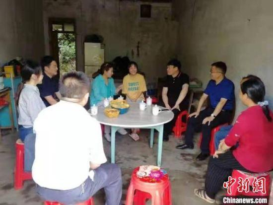 安徽省委统战部和石台县有关人员看望贫困大学新生家庭。 安徽省委统战部供图
