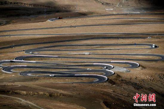 通往珠峰之路在群峦叠嶂中盘旋