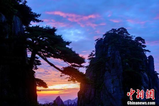 黄山现日出美景 引游客拍照留念