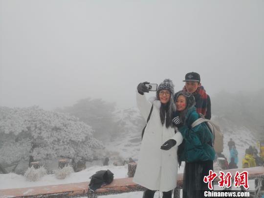 安徽黄山今冬大雪首秀 游客乐在其中