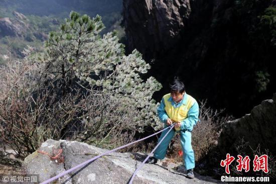 安徽黄山环卫放绳工悬崖绝壁下为游客捡手机