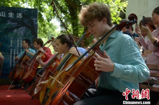 """法国音乐家安徽古村上演""""超级大提琴""""音乐会"""