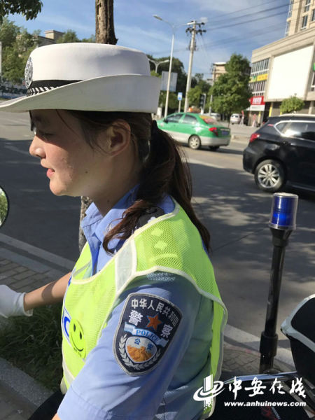 90后执勤女交警:一天喝十瓶矿泉水