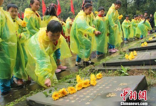 安徽休宁雨中缅怀先烈 传播信念火种