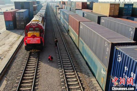 防疫物资火车送 航拍合肥中欧班列启程