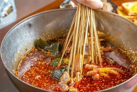 """一家火了十年的宵夜店,红料理打造独特""""串串""""文化"""