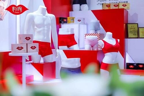 初吻!红馆!最红性感!惊艳2019国际内衣展!2017队年舞知名广场红人图片