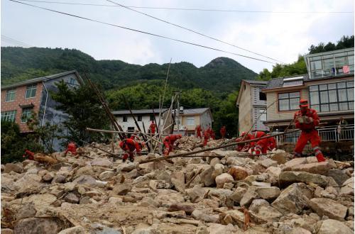 武警官兵持续奋战一线 加速灾后重建家园